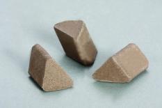 Đá tam giác xiên ceramic đánh bóng 1
